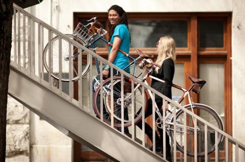 Menenteng Sepeda Sambil Bercakap-cakap dan Mengobrol